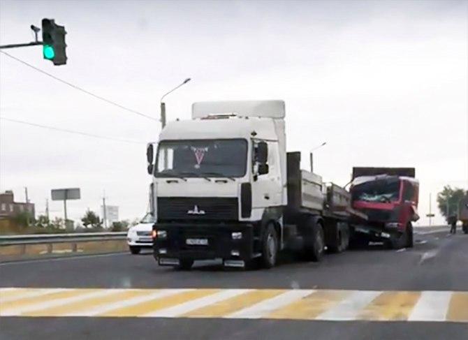 На трассе «Ростов-Таганрог» самосвал догнал длинномер