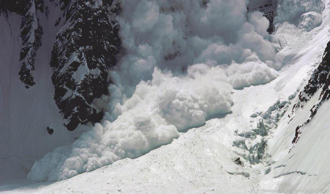 В Таджикистане за сутки двое мужчин попали под лавину, трое погибли в ДТП