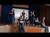 Девочки танцуют на сцене под песню  Beggin - Madcon