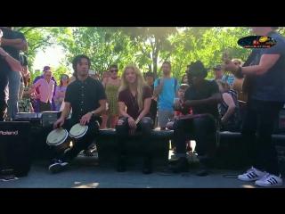 Шакира поёт для людей на улице