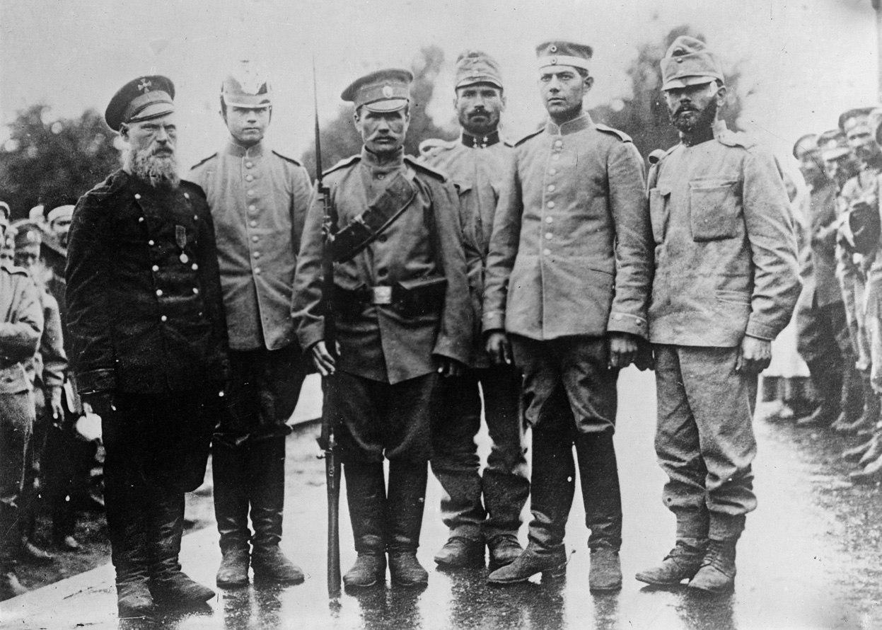 Российские солдаты с немецкими и австрийскими военнопленными, 1915г