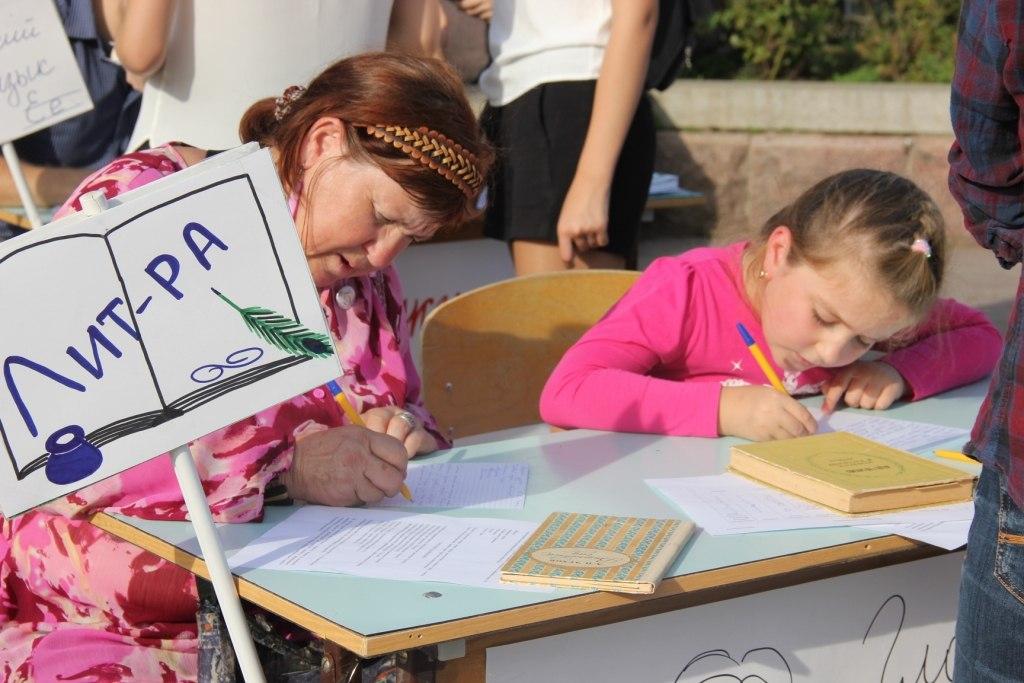 В донской столице прошла социальная акция «В школу идут знатоки. Гордитесь. Марья Иванна!»
