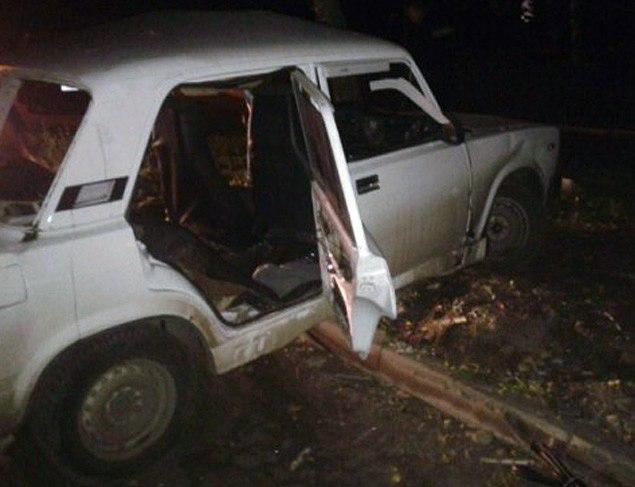 Под Таганрогом «ВАЗ-2107» врезался в опору газовой линии, двое пострадавших
