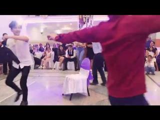 Турецкая свадьба - Парни танцуют прикольные чилли бом.mp4