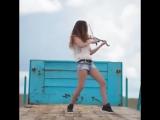 Прикольно на скрипке играет. Еще прикольнее танцует!
