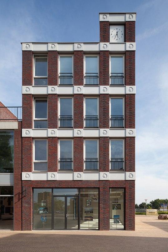 Голландская студия Attika architekten создали здание в г Амерсфорт с необычными деталями.