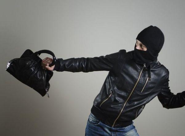 В Таганроге рецидивист ограбил женщину в кафе