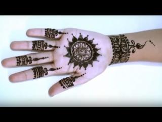Стильный рисунок Мехенди на руке