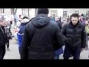 Одесса. Люди продают свои вещи, развешивая их на обшарпанных стенах, пьяная охрана, драка - обычные будни одной европейской стра