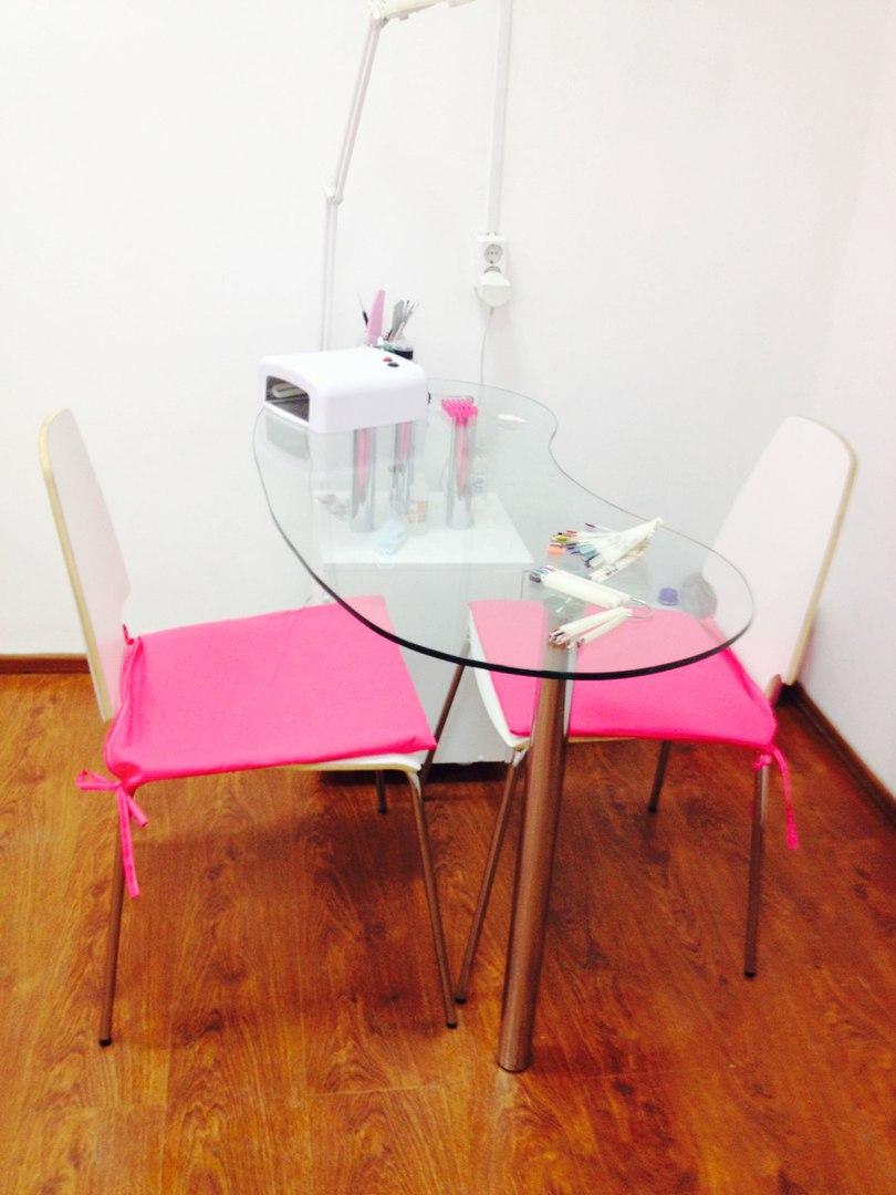 Сдам маникюрный стол в салоне в центре городе на Арбате! Есть все необходимое для работы! Все вопросы в лс или ...