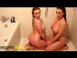 Мама с дочкой устроили настоящее шоу в ванной, большие сиськи, грудастые, зрелые, милф, молоденькие эротика секс