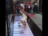 Играют на пианино в танце 😃