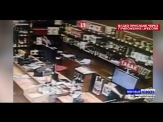 Нападение на женщину в магазине Красное и белое в Челябинске попало на видео