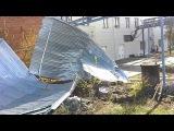 ▶ Порывом ветра сорвана кровля со здания на Беломорской.