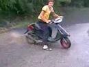 Suzuki sepia af50 . Дрифт на скутере. Мокрий асфальт.