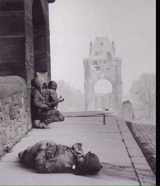 Два американских солдата и их убитый товарищ, Германия, 1945 год.