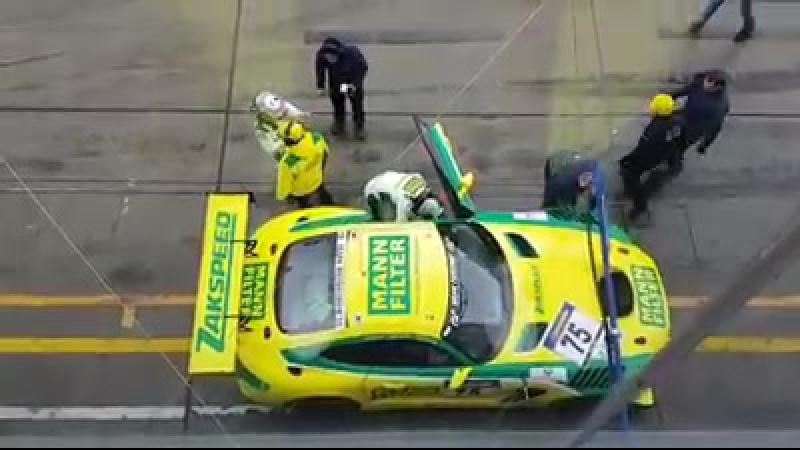 Pit Stop спорт кара MANN-FILTER пилотируемого немецкой автоспортивной команды Zakspeed на трассе Nürburgring.