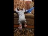 Зажигательный танец моей внученьки Евгеши в девять месяцев