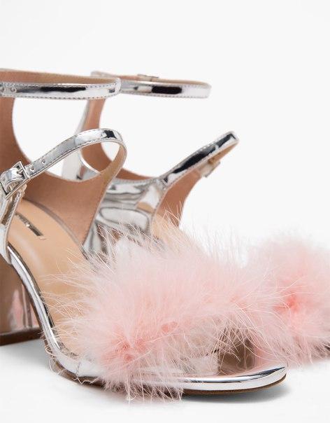 Блестящие босоножки на среднем каблуке с перьями