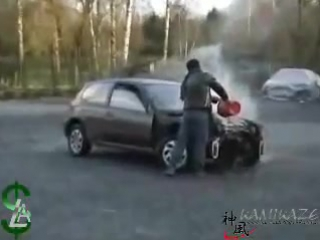 Знаменитый в Сети ролик о Honda Civic, которому вместо масла заливали воду. Мотор D15B сопротивлялся долго и достойно