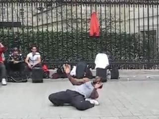 Танец на улице Парижа