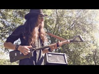 Гитарист достойно играет на трехструнной лопате