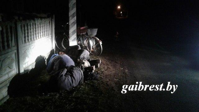 Сотрудники ГАИ своевременно заметили троих пьяных мужчин, которые спали на обочине