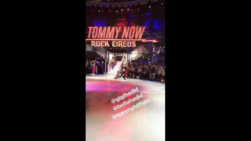 Bella Hadid desfilando para Tommy Hilfiger.