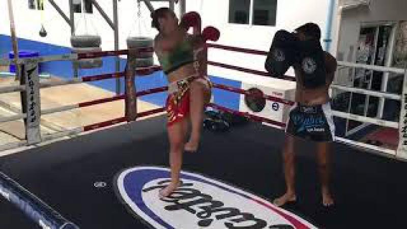 Крис Жустино Киборг на тренировке тайского бокса