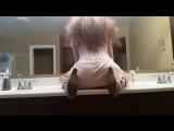 Скачет на дилдо в туалете