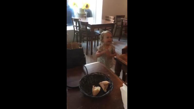 Jivoe vistuplenie Lily Rose v restorane