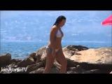 Стройные Девушки в бикини на пляже
