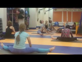 йога групповое занятие фитнес -клуб