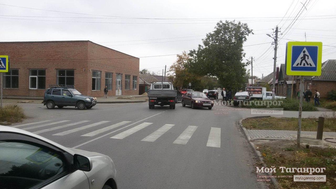 В Таганроге в результате ДТП автомобиль Toyota Corolla отбросило на женщину, которая шла по пешеходному переходу