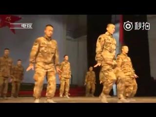 Китайские солдаты танцуют новогодний