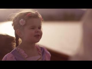 """3-летняя девочка и ее папа очень мило поют """"See the Light"""""""