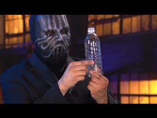 Мужик в маске засунул телефон в бутылку, секрет