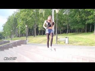 Молоденькая девушка в черных колготках и джинсовых шортах / Young girl in black pantyhose and jeans shorts