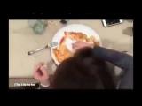Как женщины едят пиццу, и как её едят мужчины!