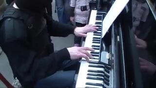 ОМОНовец круто сыграл на пианино