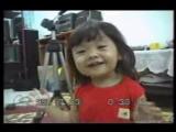 Японская девочка поет песню