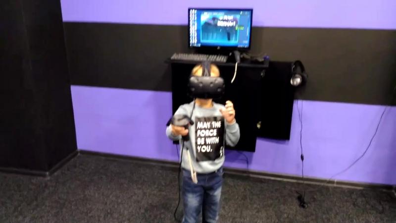 Малыш играет в шлеме HTV Vive