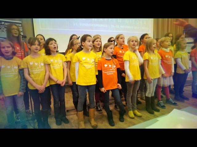 Малята-пацифісти співають антивоєнну пісню Руслан Коцаба, Берлін, 11.11.2017