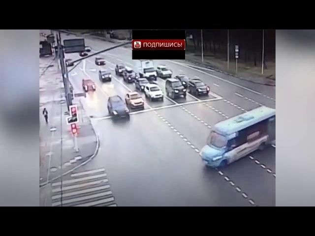 Маршрутный автобус опрокинулся набок столкнувшись с внедорожником на западе М