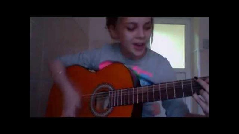 Девушка классно играет на гитаре и поет на 7-ом этаже