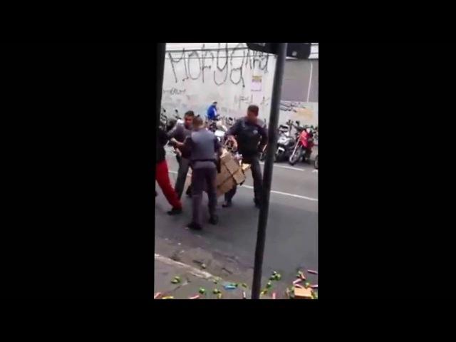 Polícia pega vendedor ambulante trabalhador, agride e prende mercadoria