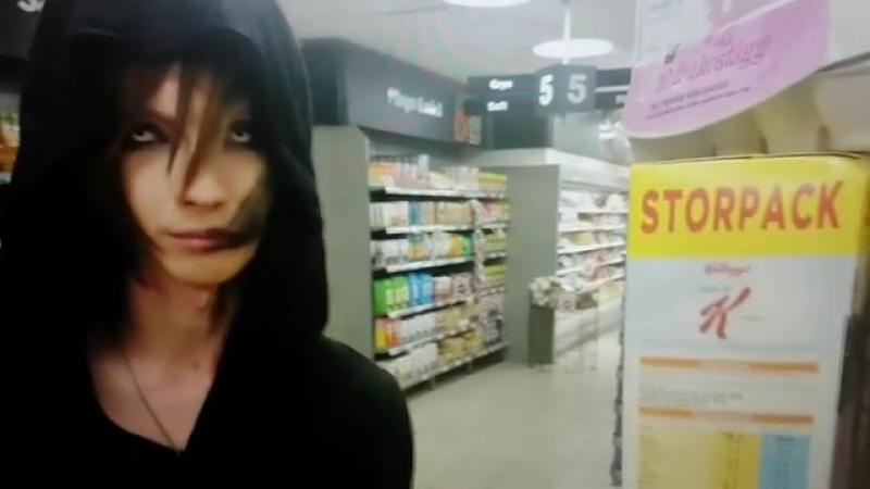 Yohio снова заставляет мазать лицо и покупать линзы 🤔
