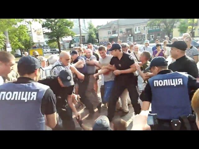Новый патрульный Николаева наступил ногой на лицо человеку, который в наручника...