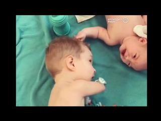 Забота безрукого мальчика о своем новорожденном здоровом братике