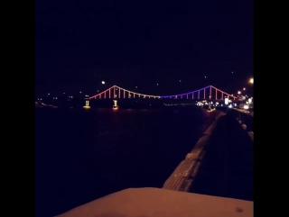 Ночной Киев 🌉  Парковый мост — пешеходный мост через Днепр, который соединяет центральную часть Киева с парковой зоной и пляжами